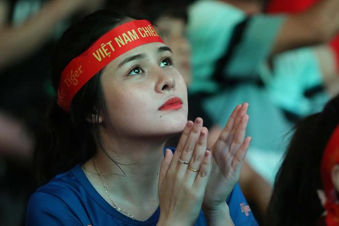 CĐV Việt Nam vỡ òa với siêu phẩm của Tiến Linh - Ảnh 11.