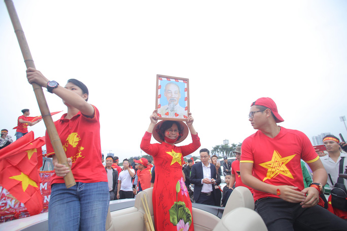 Biển người cổ vũ cho tuyển Việt Nam đại chiến tuyển UAE - Ảnh 3.
