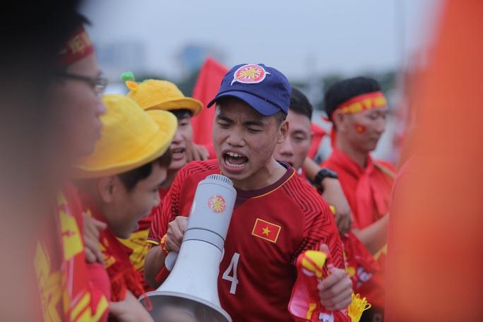 Biển người cổ vũ cho tuyển Việt Nam đại chiến tuyển UAE - Ảnh 4.