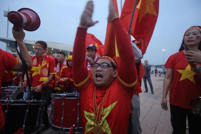 Biển người cổ vũ cho tuyển Việt Nam đại chiến tuyển UAE - Ảnh 6.