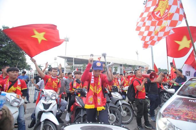 Biển người cổ vũ cho tuyển Việt Nam đại chiến tuyển UAE - Ảnh 8.
