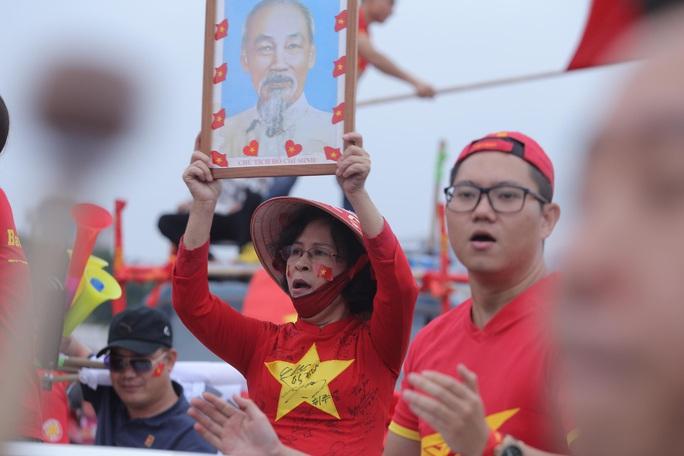 Biển người cổ vũ cho tuyển Việt Nam đại chiến tuyển UAE - Ảnh 9.