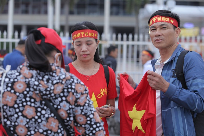 Biển người cổ vũ cho tuyển Việt Nam đại chiến tuyển UAE - Ảnh 11.