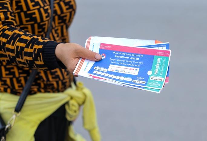 Phe vé đại náo sân Mỹ Đình trước trận Việt Nam-UAE, hét giá 2-3 triệu đồng/cặp vé - Ảnh 1.