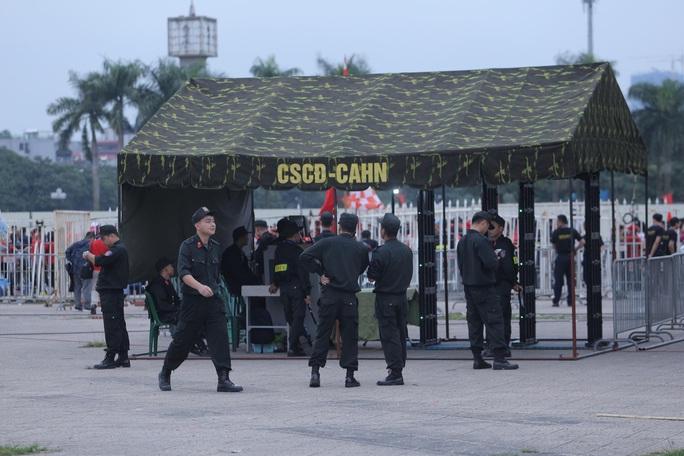 Biển người cổ vũ cho tuyển Việt Nam đại chiến tuyển UAE - Ảnh 12.