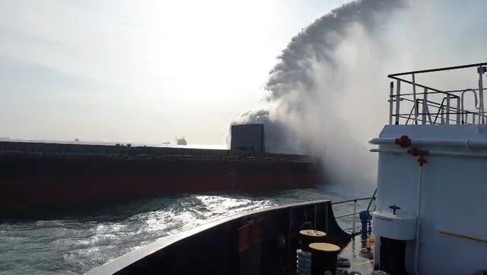 Clip: Cháy tàu hàng Trung Quốc chở hơn 4,7 nghìn tấn sắt phế liệu - Ảnh 2.