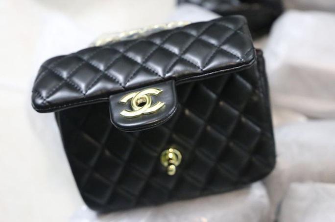 Thu giữ gần 1.500 túi xách giả nhãn hiệu Hermes, Dior, Chanel... giá 30.000-40.000 đồng - Ảnh 1.