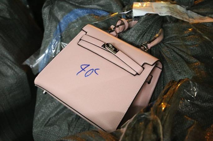 Thu giữ gần 1.500 túi xách giả nhãn hiệu Hermes, Dior, Chanel... giá 30.000-40.000 đồng - Ảnh 3.