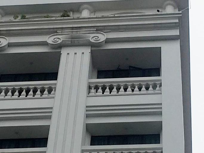 Tấm kính từ tầng cao của khách sạn bất ngờ rơi trúng 3 người bên dưới - Ảnh 3.