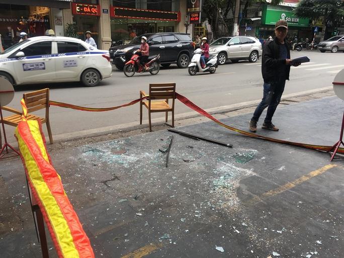 Tấm kính từ tầng cao của khách sạn bất ngờ rơi trúng 3 người bên dưới - Ảnh 5.