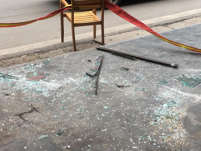 Tấm kính từ tầng cao của khách sạn bất ngờ rơi trúng 3 người bên dưới - Ảnh 4.