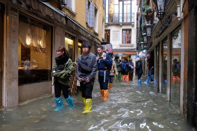 Cận cảnh dân Venice lóp ngóp trong dấu ấn vĩnh viễn - Ảnh 4.
