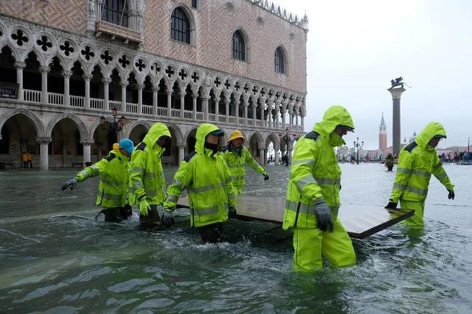 Cận cảnh dân Venice lóp ngóp trong dấu ấn vĩnh viễn - Ảnh 12.