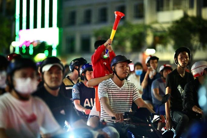 CĐV làm các tuyến đường rộn ràng khi mừng tuyển Việt Nam thắng UAE - Ảnh 1.