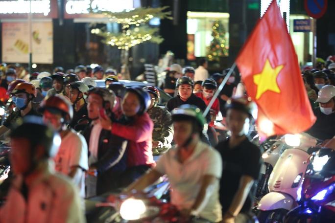 CĐV làm các tuyến đường rộn ràng khi mừng tuyển Việt Nam thắng UAE - Ảnh 5.