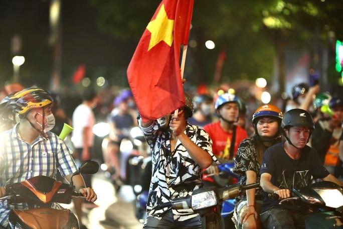 CĐV làm các tuyến đường rộn ràng khi mừng tuyển Việt Nam thắng UAE - Ảnh 4.