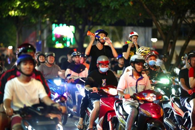 CĐV làm các tuyến đường rộn ràng khi mừng tuyển Việt Nam thắng UAE - Ảnh 2.