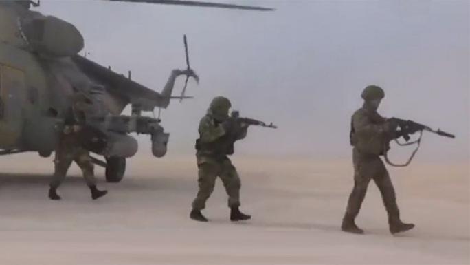 Trực thăng, binh lính Nga đổ bộ căn cứ không quân cũ của Mỹ ở Syria - Ảnh 2.