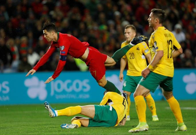 Ronaldo lập hat-trick giúp Bồ Đào Nha đè bẹp Lithuania - Ảnh 4.