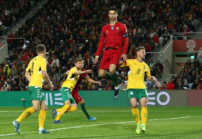 Ronaldo lập hat-trick giúp Bồ Đào Nha đè bẹp Lithuania - Ảnh 1.