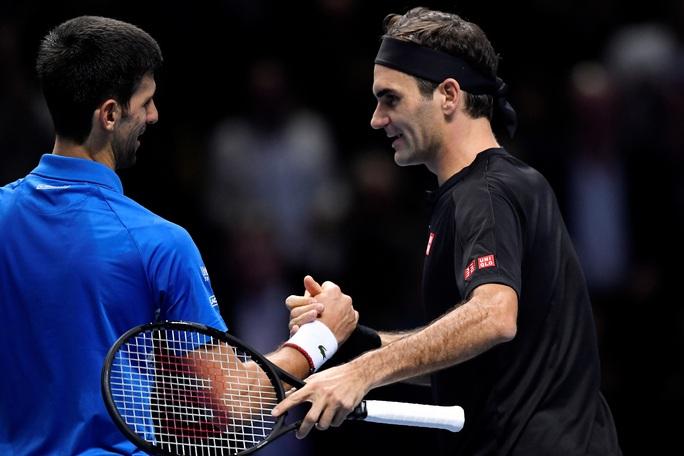 Federer hạ gục Djokovic, vào bán kết ATP Finals 2019 ở tuổi 38 - Ảnh 1.