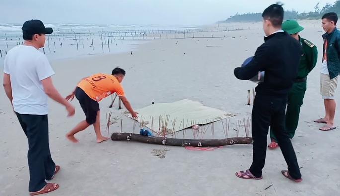 Thi thể mất đầu trôi vào bãi biển Quảng Nam - Ảnh 1.