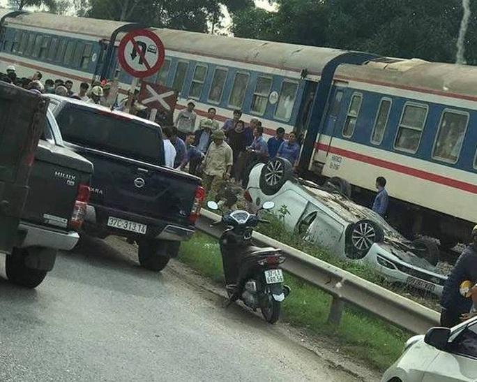 Tàu hỏa tông ôtô văng ra bên đường lật ngửa, nữ tài xế trẻ tử vong tại chỗ - Ảnh 1.