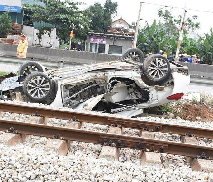 Tàu hỏa tông ôtô văng ra bên đường lật ngửa, nữ tài xế trẻ tử vong tại chỗ - Ảnh 2.