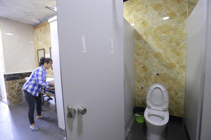 Nhà vệ sinh miễn phí xây 1,6 tỉ đồng bất ngờ bị đập bỏ - Ảnh 3.