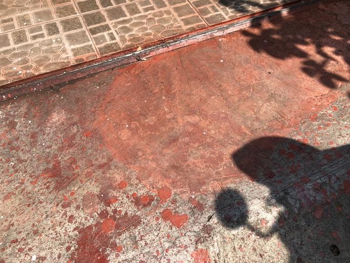 Nhà của một lương y ở TP HCM liên tục bị tạt sơn, chất bẩn - Ảnh 3.