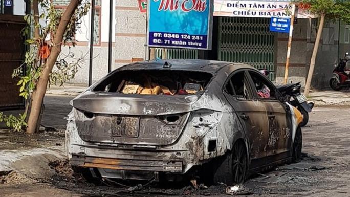 Mượn xe chưa kịp trả, chiếc ô tô con nửa tỉ đồng cháy rụi trong đêm - Ảnh 2.
