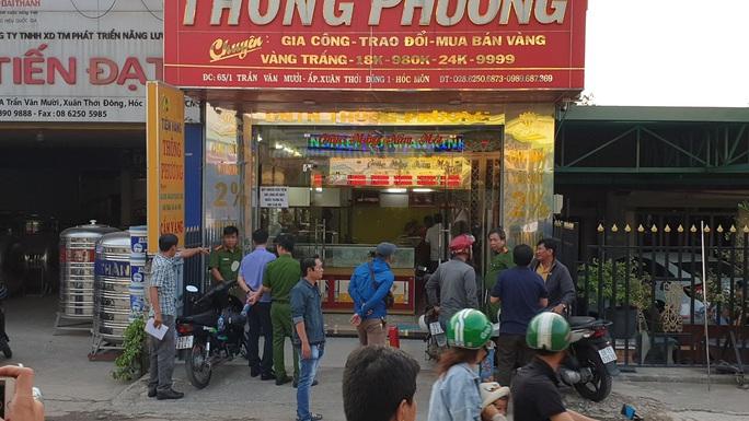 Công an tung lực lượng truy tìm kẻ cướp tiệm vàng táo tợn ở TP HCM - Ảnh 1.