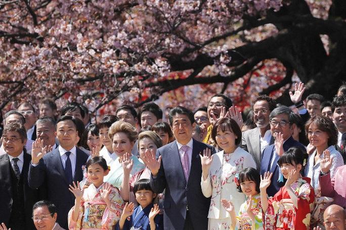 Bữa tiệc vườn xuân đầy đe dọa của ông Abe - Ảnh 1.