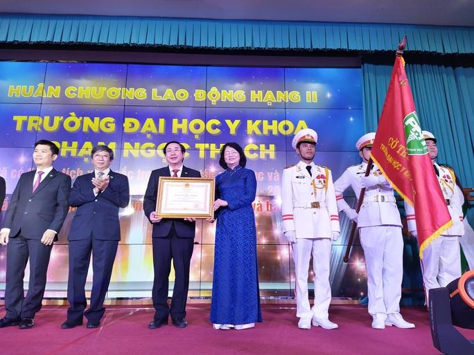 Trường ĐH Y khoa Phạm Ngọc Thạch đón nhận Huân chương Lao Động hạng Nhì - Ảnh 2.