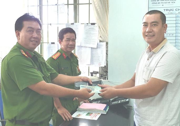 Khách Quảng Ninh vỡ òa nhận lại chiếc ví bị đánh rơi ở Hà Tiên - Ảnh 1.