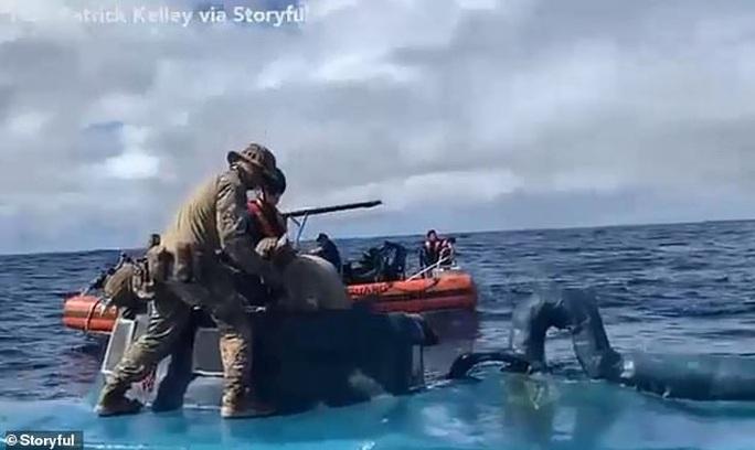 Tuần duyên Mỹ rượt đuổi tàu bán ngầm tự chế khả nghi - Ảnh 1.