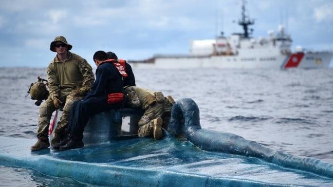 Tuần duyên Mỹ rượt đuổi tàu bán ngầm tự chế khả nghi - Ảnh 4.