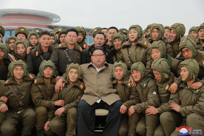 Mỹ-Hàn hoãn tập trận, ông Kim Jong-un thị sát tập trận lớn - Ảnh 1.