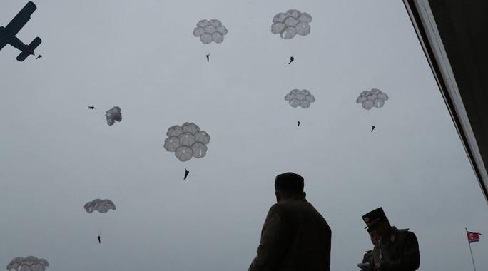 Mỹ-Hàn hoãn tập trận, ông Kim Jong-un thị sát tập trận lớn - Ảnh 3.