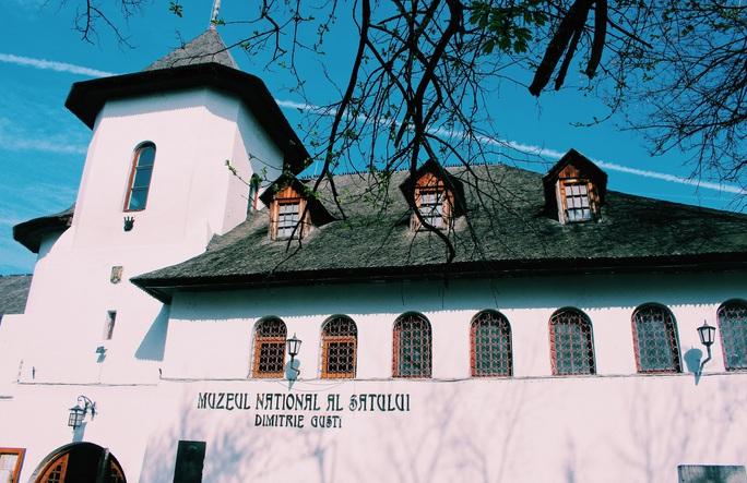 Dạo quanh bảo tàng làng lộ thiên, hít mùi rơm rạ - Ảnh 1.