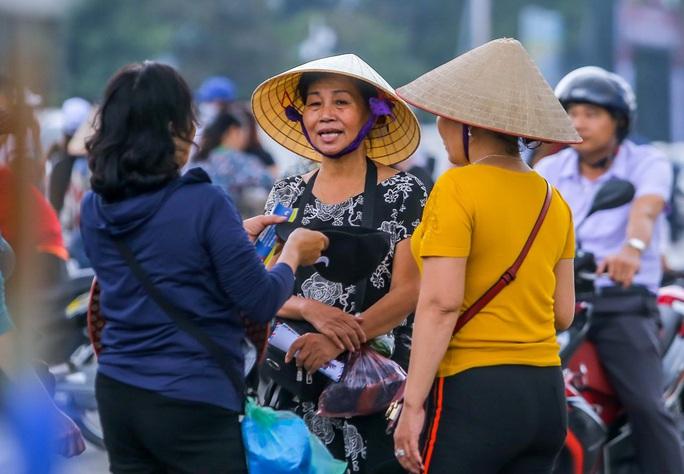 Vé chợ đen trận Việt Nam-Thái Lan: Phe vé thổi giá chóng mặt 7-9 triệu đồng/cặp - Ảnh 8.