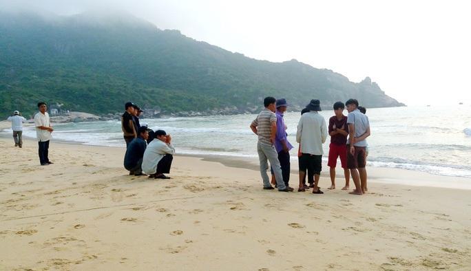 Tắm biển, 2 học sinh chết đuối, 1 em mất tích - Ảnh 1.
