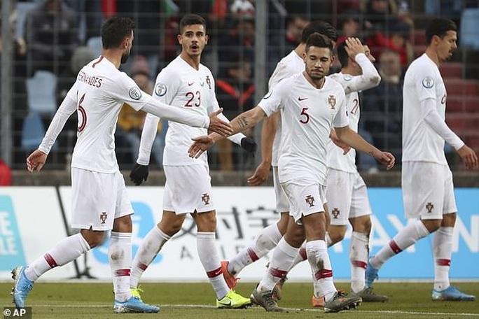 Ronaldo ghi bàn thứ 99, Bồ Đào Nha lách khe cửa hẹp dự Euro - Ảnh 2.