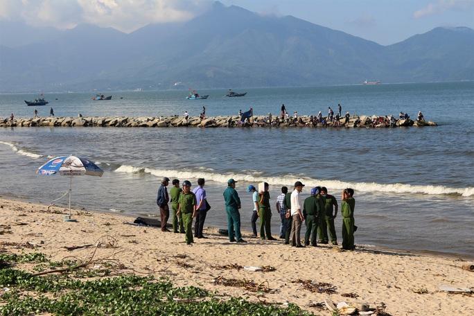Tá hỏa phát hiện thi thể một phụ nữ dạt vào biển Đà Nẵng - Ảnh 1.