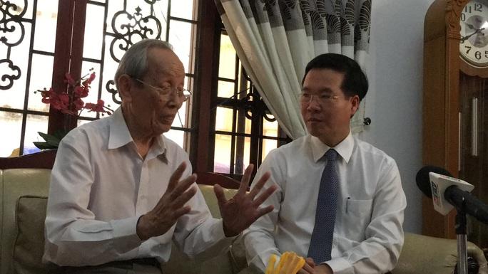 Ông Võ Văn Thưởng thăm và lắng nghe GS Trần Hồng Quân chia sẻ trăn trở về giáo dục - Ảnh 1.