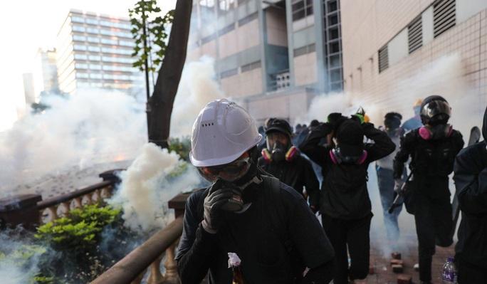 Hồng Kông: Bạo lực leo thang, cảnh sát bắn đạn thật - Ảnh 4.