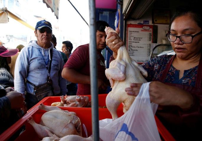 """Cạn kiệt thức ăn, người dân Bolivia chờ """"mưa rào"""" từ trên không - Ảnh 4."""