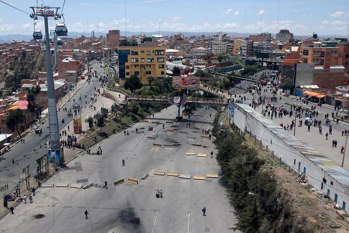 """Cạn kiệt thức ăn, người dân Bolivia chờ """"mưa rào"""" từ trên không - Ảnh 5."""