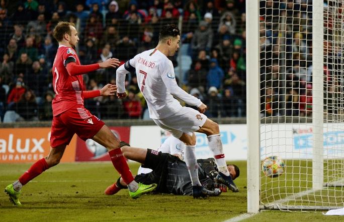 Ronaldo ghi bàn thứ 99, Bồ Đào Nha lách khe cửa hẹp dự Euro - Ảnh 4.