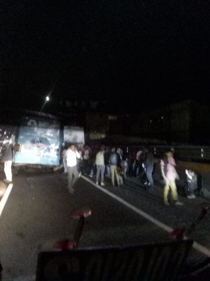 Ba xe buýt va chạm kinh hoàng, hàng chục người thương vong - Ảnh 2.